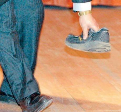 """مدير فندق """"وافد"""" يرمي موظف """"سعودي"""" بالحذاء في مكة!"""