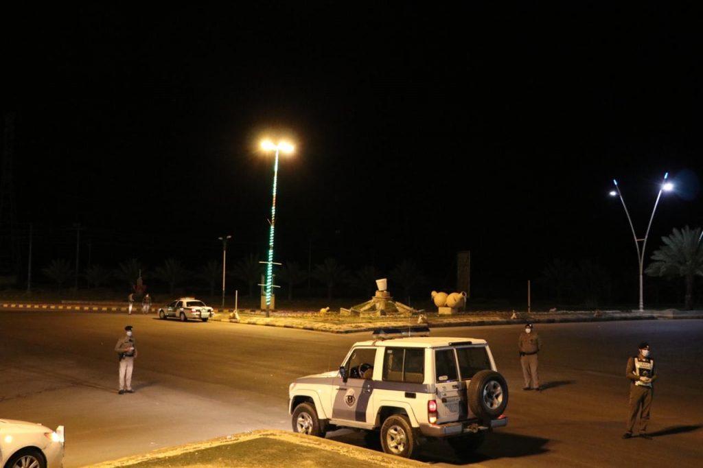 الجهات الأمنية بتيماء تباشر تنفيذ منع التجول في المحافظة