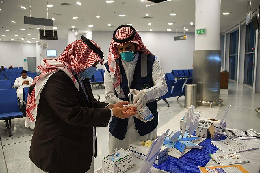 مطار عرعر… إجراءات وقاية وإحترازية بـصالات السفر والمسافرين لمواجهة كورونا