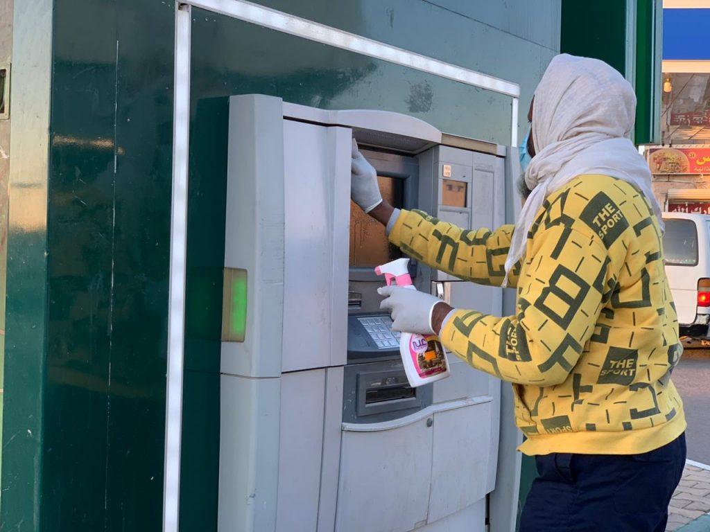 أمانة الجوف تعقم صرافات البنوك الآلية للحد من انتشار فايروس كورونا