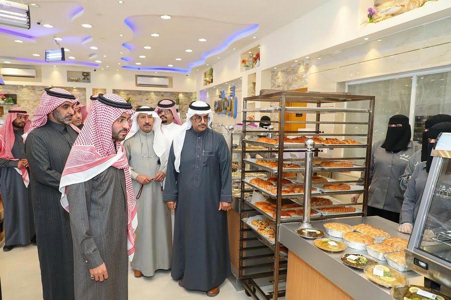 نائب أمير حائل يزور عدداً من المشاريع المبادِرة بالتوطين الكامل بالمنطقة