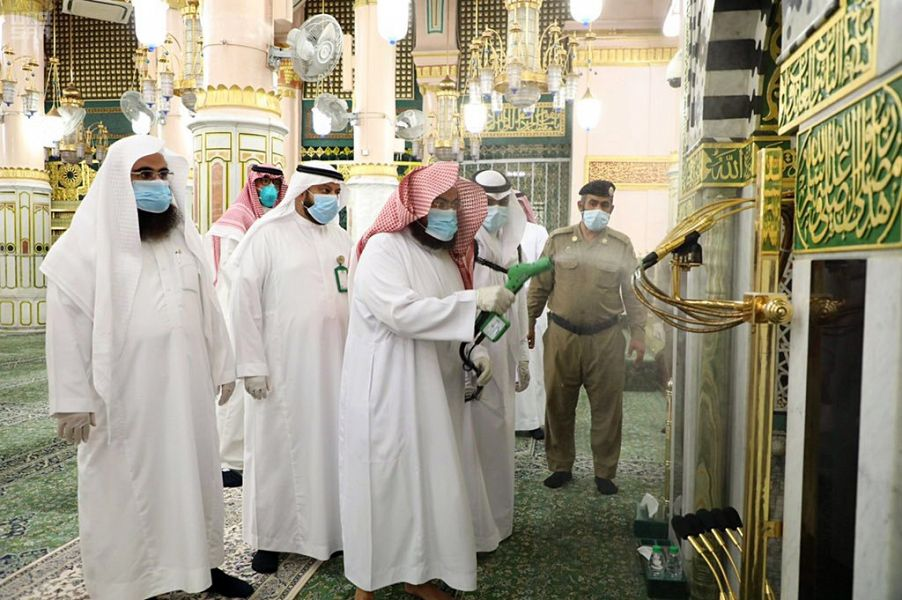 الرئيس العام لشؤون الحرمين يشارك في أعمال تعقيم وتنظيف المسجد النبوي وساحاته
