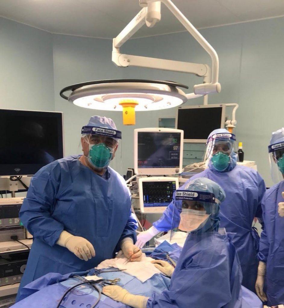 فريق طبي يجري عملية استئصال مراره لمريضة مصابه بفيروس كورونا بعرعر