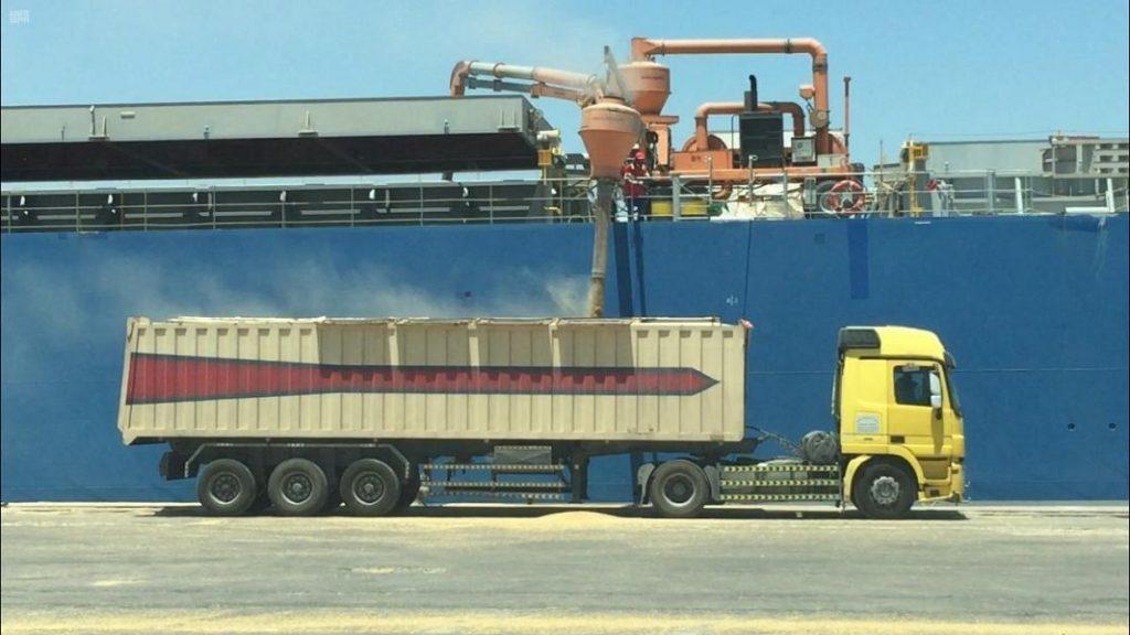 ميناء الملك عبد العزيز يستقبل 385 ألف طن من الحبوب والأعلاف