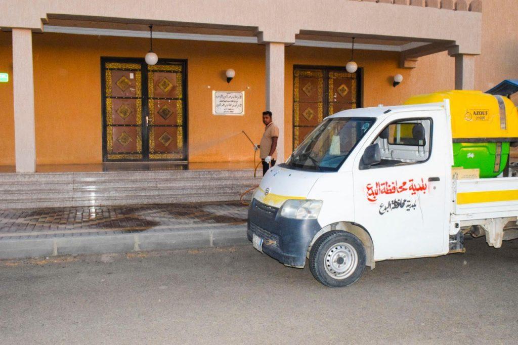 بلدية البدع تعمل على تنظيف وتعقيم مداخل وساحات مساجد وجوامع المحافظة