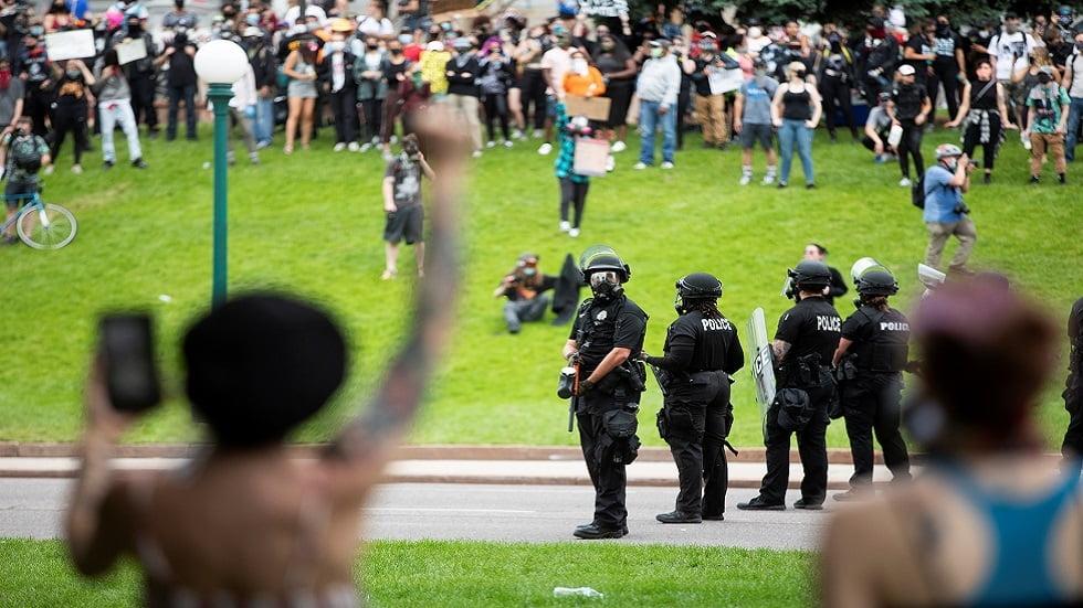القضاء يمنع شرطة مدينة أمريكية استخدام القوة غير الفتاكة ضد المحتجين