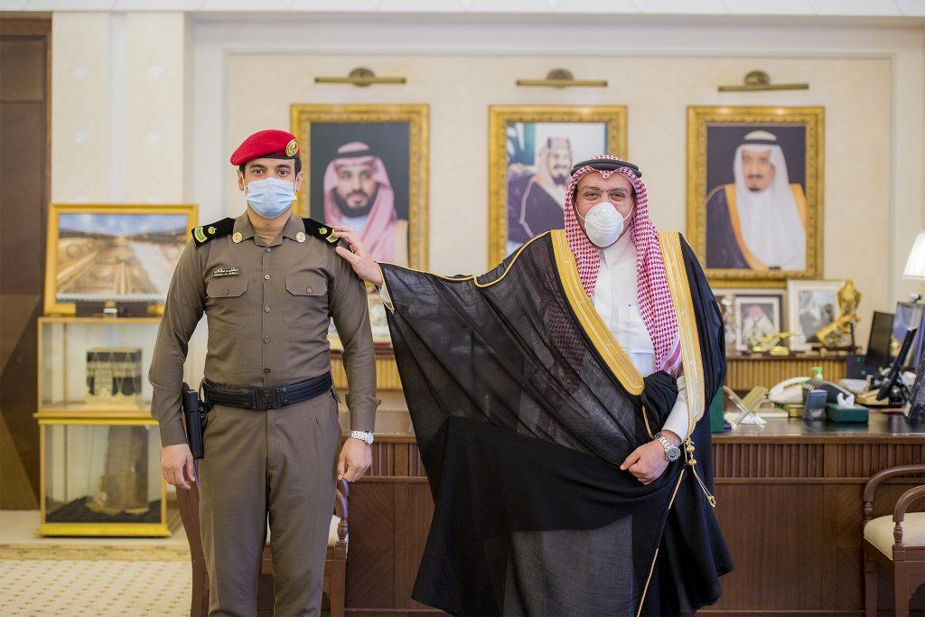"""أمير القصيم يقلد الحسين رتبته الجديدة """"رائد"""""""