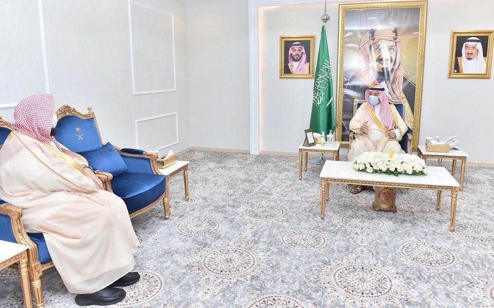 أمير نجران يتابع إتمام أداء صلاة الجمعة .. ويشيد بتنفيذ الخطة الوقائية باحترافية