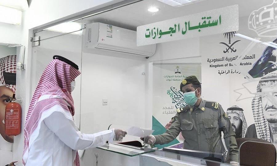جوازات منطقة تبوك تطبق الإجراءات الاحترازية في مقرات العمل