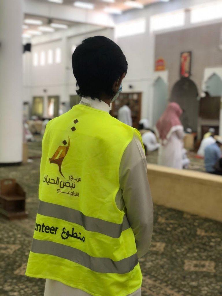 """فريق """" نبض الحياة """" التطوعي بتبوك يعاضد مختلف الجهات في تنفيذ الإجراءات الوقائية لصلاة الجمعة"""
