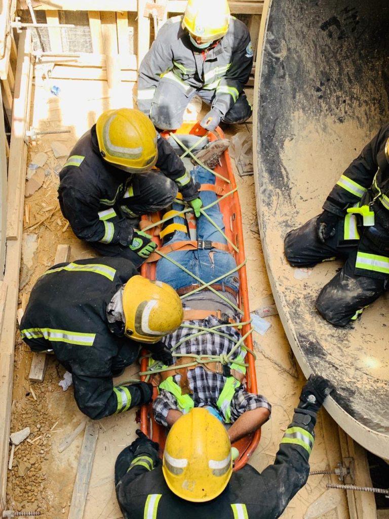 مدني بريدة ينقذ عاملين سقطا بمنهل تصريف سيول تحت الإنشاء