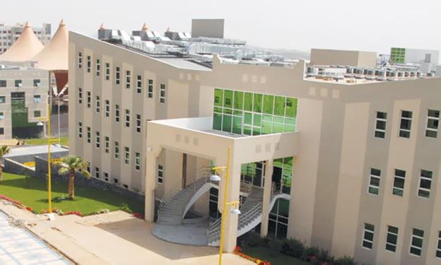 """طب جامعة الملك خالد تنظم ندوة """"خذ الخطوة"""" بلغتين للتوعية بأهمية لقاح كورونا"""