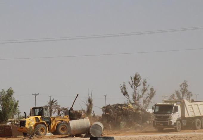 بلدية دومة الجندل تزيل سوق الماشية القديم