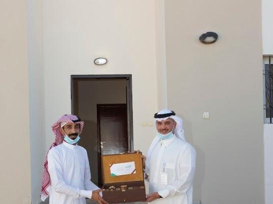 الامير سعود بن طلال يسلم عدداً من الفلل الجاهزة للمستفيدين في تبوك
