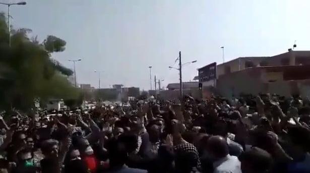 شاهد.. احتجاجات عمالية غاضبة في السوس الأحوازية تطالب بإغلاق المشروع الاستيطاني الإيراني