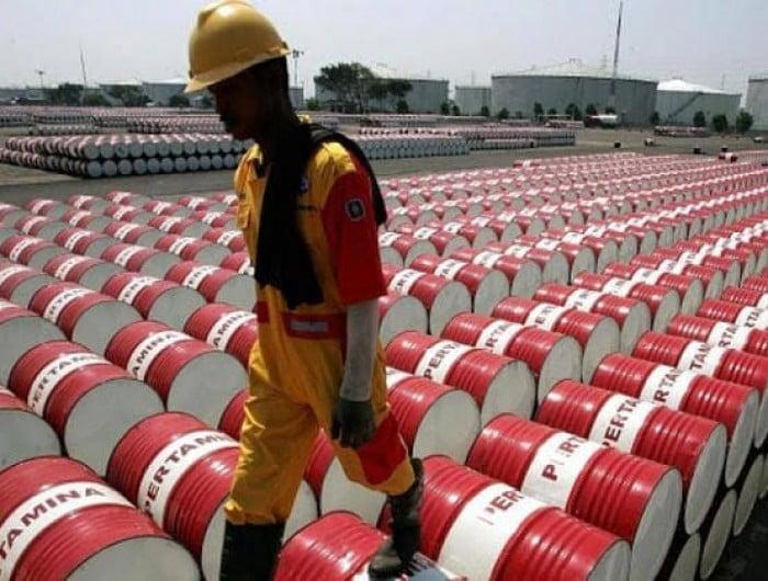 النفط يتخلى عن مكاسبه بعد تقرير أمريكي