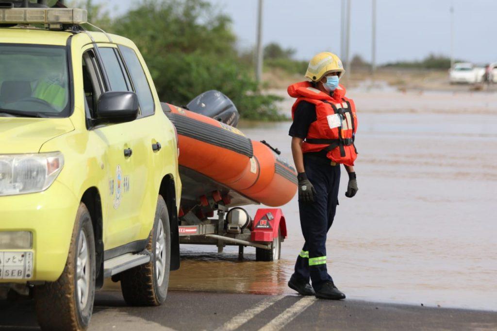 """تضرروا من الحالة المطرية.. """"الدفاع المدني"""" ينقذ 698 شخصا ويخلي 11 أسرة"""