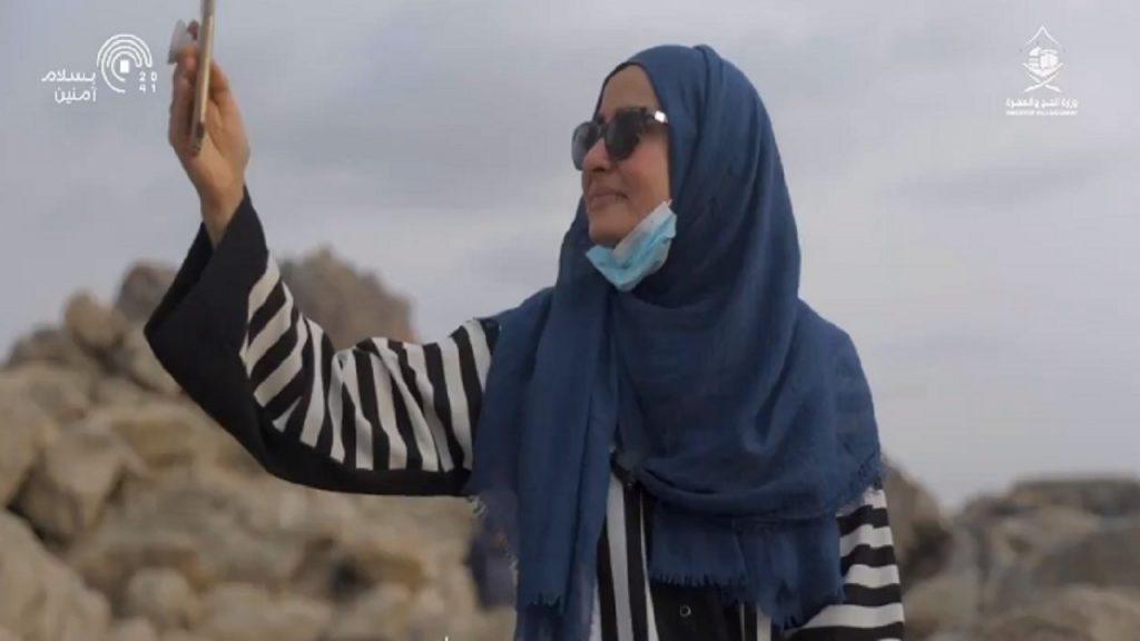 بالفيديو.. دموع امرأة أثناء أدائها مناسك الحج ومشاركة اللحظة مع صديقتها الأمريكية
