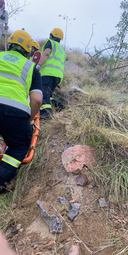 مدني أبها ينقذ شخصاً سقط في منطقة جبلية وعرة بعقبة ردوم
