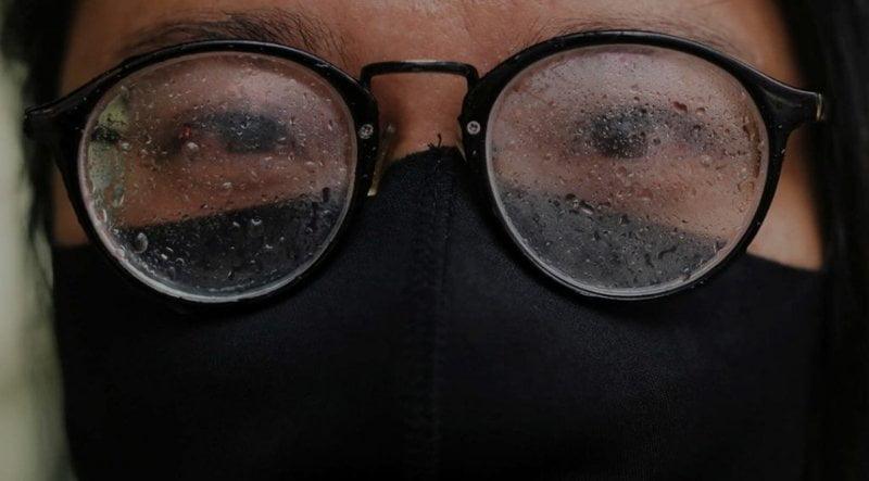 دراسة جديدة تكشف مقارنة مذهلة بين عدد إصابات كورونا لدى من يرتدون النظارات والآخرين