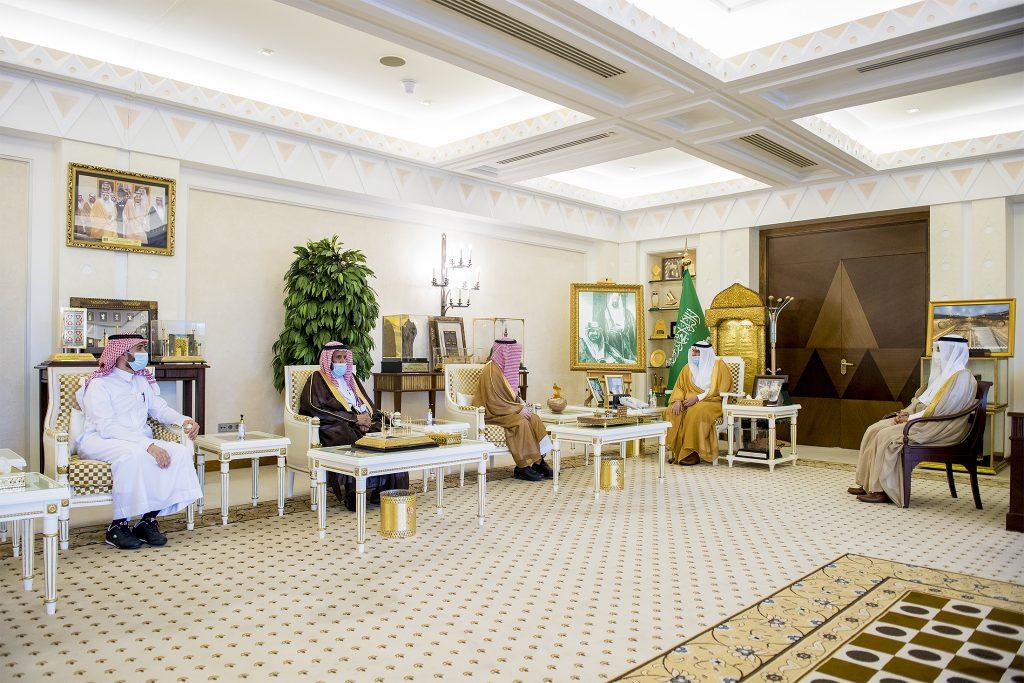 أمير القصيم يلتقي مدير إدارة خدمات المياه بالمنطقة