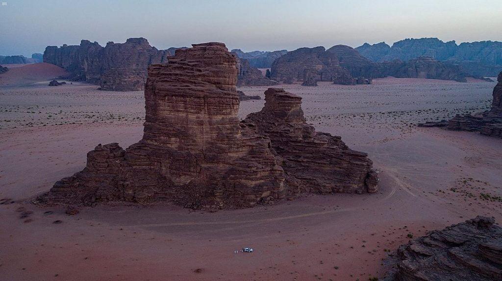 """من الوجهات السياحية في المملكة … جبال من الأحجار الرملية في صحراء """" حسمى """""""