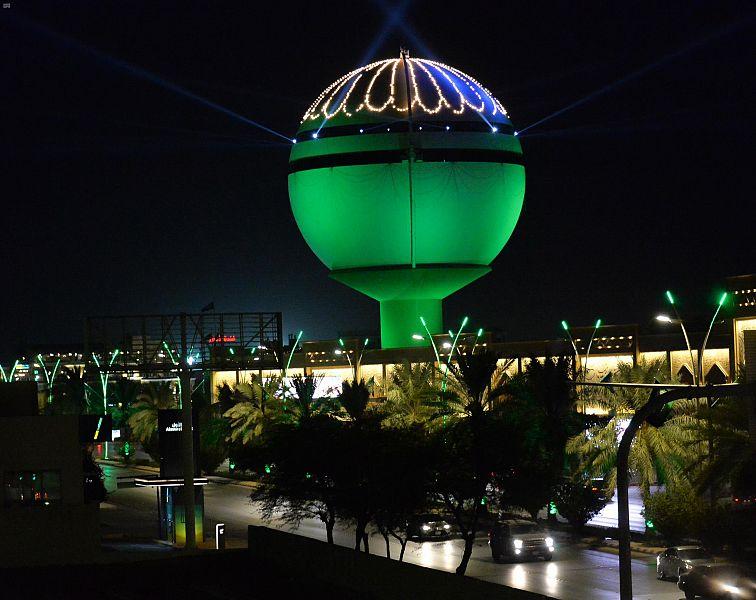 برج مياه بريدة يتزين بالإضاءة الخضراء والعلم بمناسبة اليوم الوطني الـ90