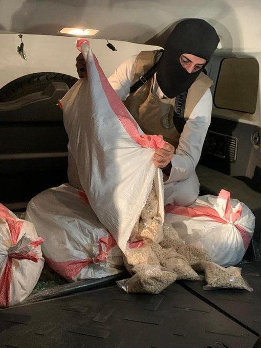 مكافحة المخدرات: القبض على شخصين قاما بنقل أكثر من 398 ألف قرص من مادة الامفيتامين بمنطقة عسير