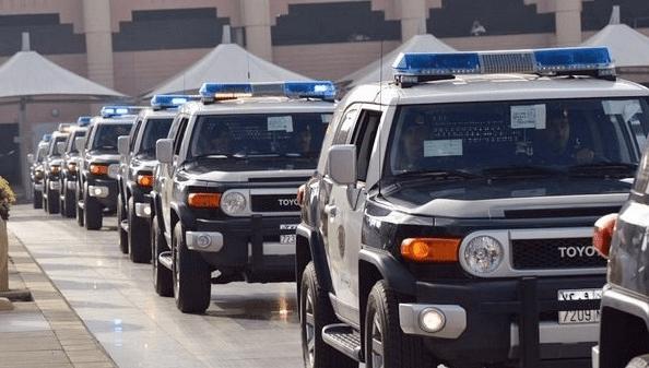 شرطة الرياض تلقي القبض على مواطن ومقيم لاستعراضهم مبالغ مالية وحيازة مواد مخدرة