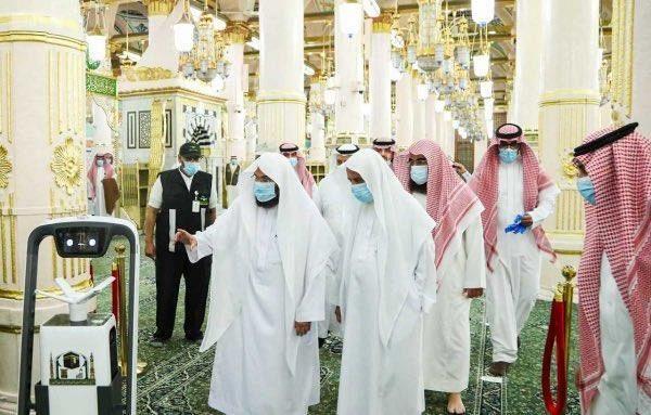 السديس يدشّن روبوت التعقيم لتعزيز الإجراءات الوقائية لسلامة قاصدي المسجد النبوي
