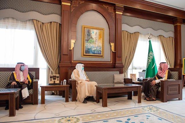 أمير المدينة يلتقي بالرئيس التنفيذي للهيئة الملكية بينبع السابق والرئيس التنفيذي المُعيّن حديثاً