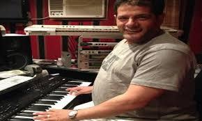 وفاة الموسيقار طارق عاكف عن 60 عامًا..والفنانون ينعونه