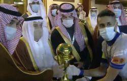 """نيابة عن """"الملك سلمان"""".. شاهد: أمير الرياض يسلم كأس خادم الحرمين إلى كابتن فريق """"الهلال"""""""