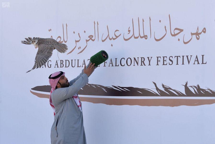 """منافسات ساخنة في """"ملواح"""" مهرجان الملك عبدالعزيز للصقور بيومه الرابع"""
