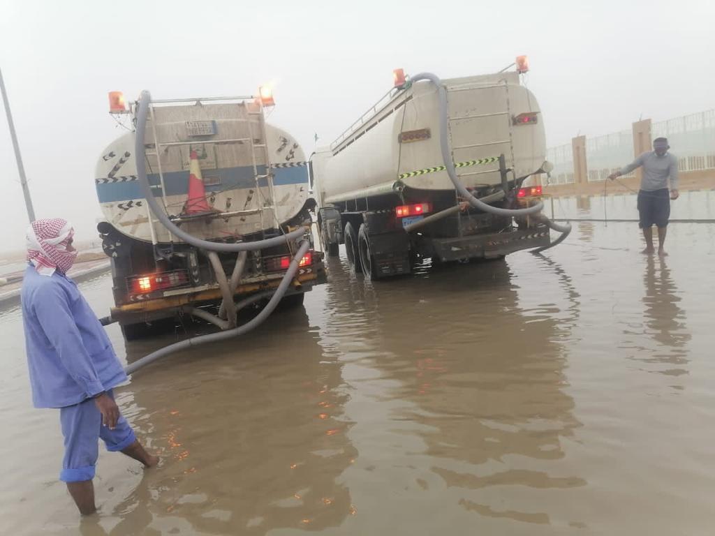 أمانة حفرالباطن تواصل جهودها لسحب المياه من الشوارع والأحياء المتضررة جراء الأمطار