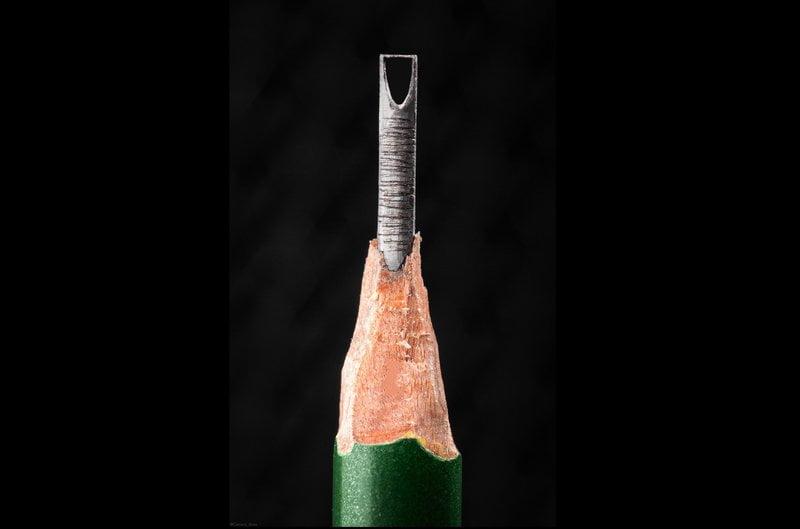 """شاهد.. """"برج المملكة"""" على قلم رصاص بيد الموهوبة أروى المشوح"""