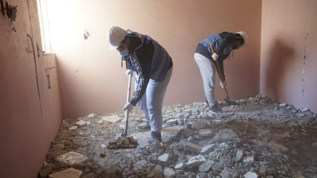 ٢٥ شاب وفتاة يشاركون في ترميم منزل أحد الأسر المحتاجة