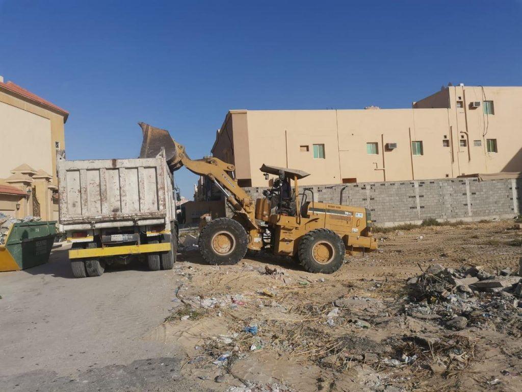 بلدية الجبيل تزيل 240 لوحة إعلانية مخالفة و 320 سيارة تالفة