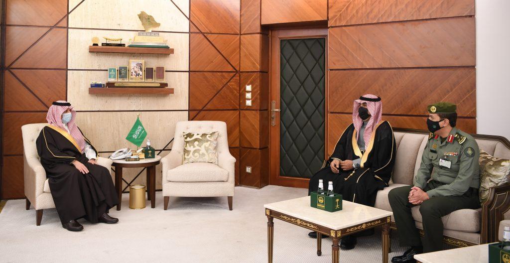 أمير الشرقية يلتقي مدير الجوازات المنطقة السابق والمدير المكلف