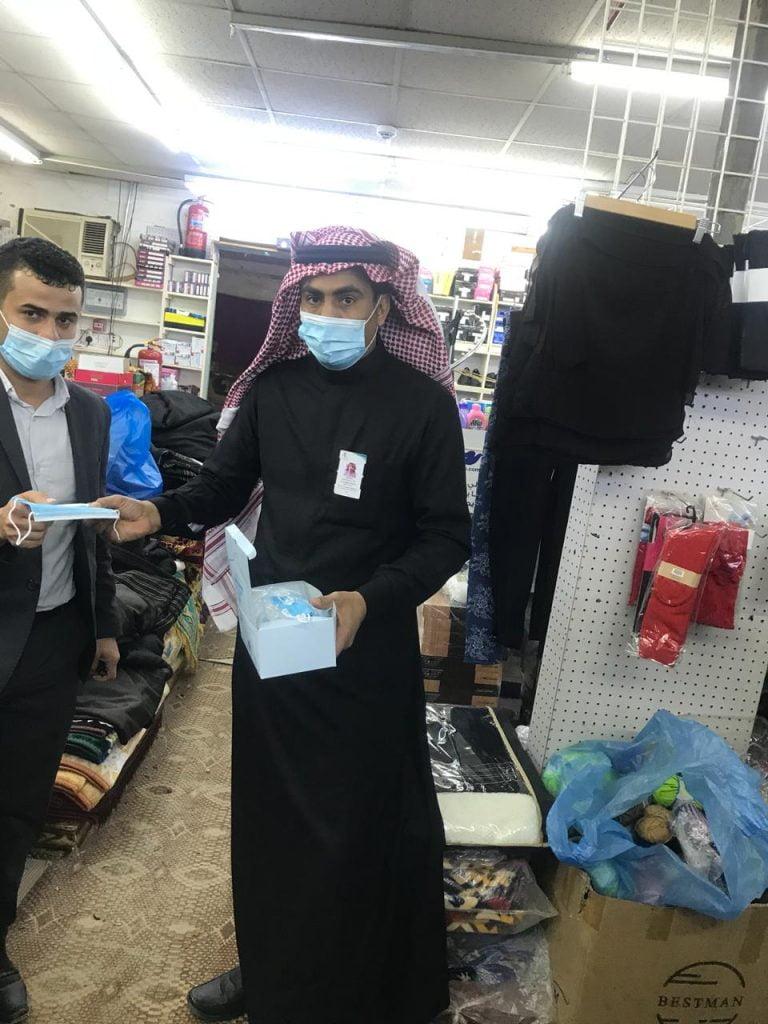 لجنة التقصي الوبائي تواصل جولاتها الرقابية على المحلات التجارية بمركز صوير بمنطقة الجوف