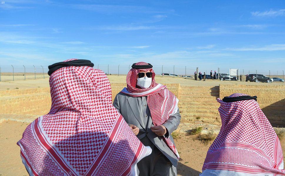 الأمير فيصل بن خالد يتفقد المواقع الأثرية في قرية زُبَالا والجميمة