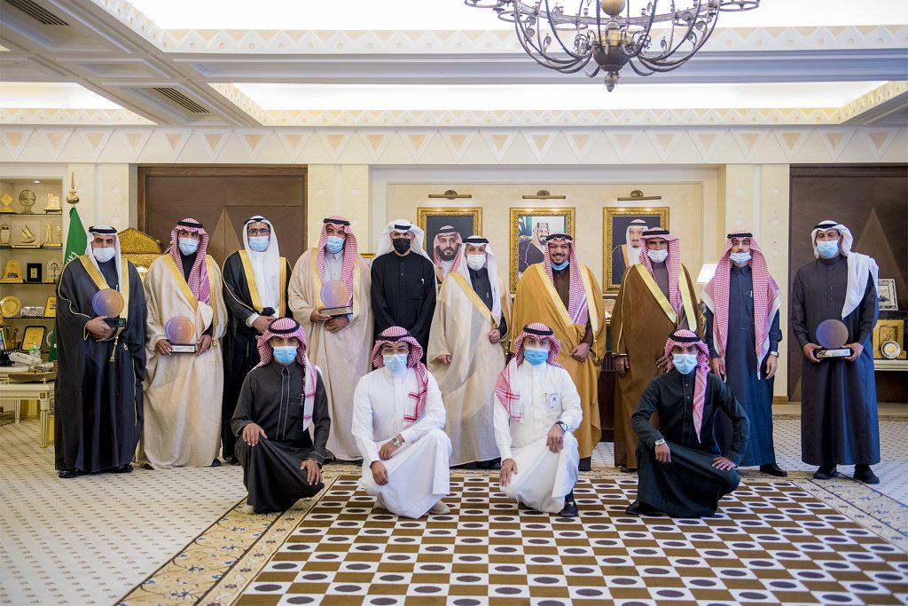 أمير القصيم يتسلّم التقرير السنوي للجنة شباب محافظة عنيزة