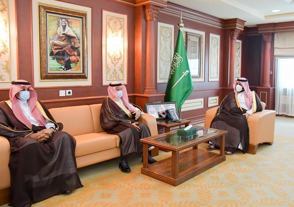 الأمير محمد بن عبدالعزيز يتسلم تقرير توطين وظائف جامعة جازان