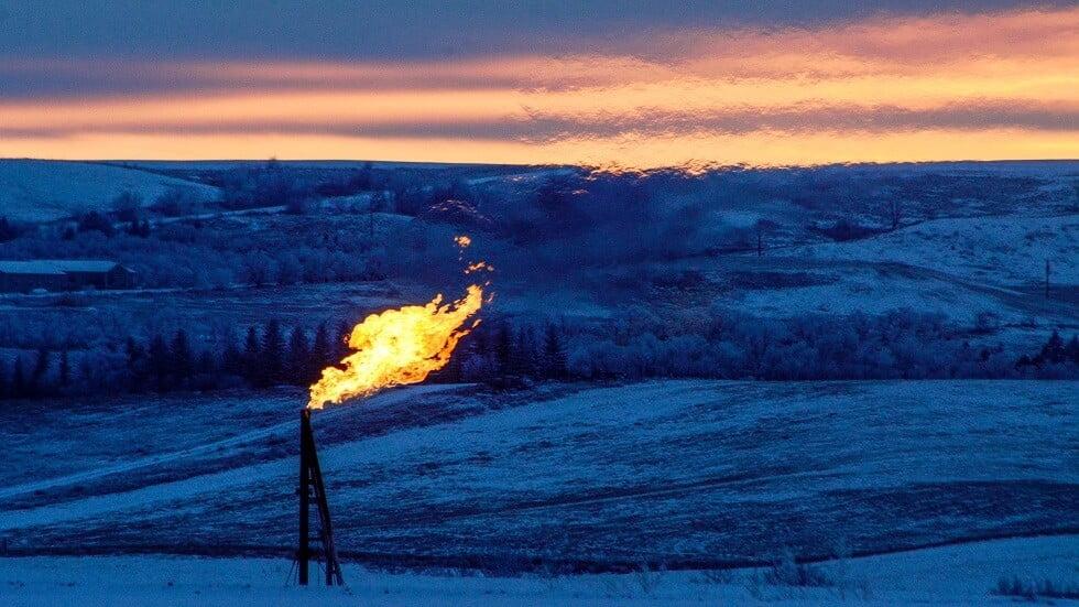 تباين أسعار النفط والأمريكي يبلغ ذروته منذ 2019 مع إعادة تشغيل المصافي