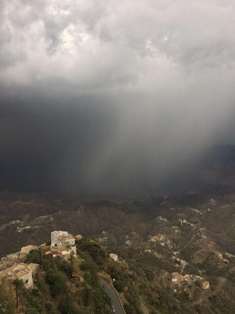 سحب رعدية ممطرة على مرتفعات جازان، عسير والباحة تمتد إلى نجران وسماء غائمة جزئيًا على وسط وشرق المملكة