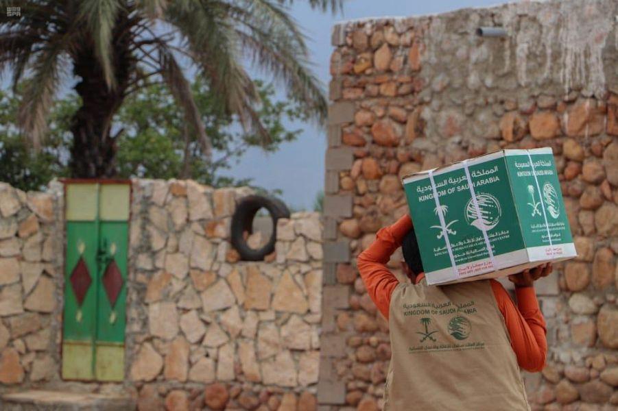 مركز الملك سلمان للإغاثة يوزع أكثر من 130 طنًا من السلال الغذائية في سقطرى
