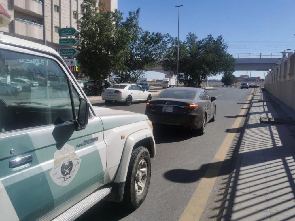 «مرور جدة»: ضبط قائد مركبة تجاوز السيارات من كتف الطريق