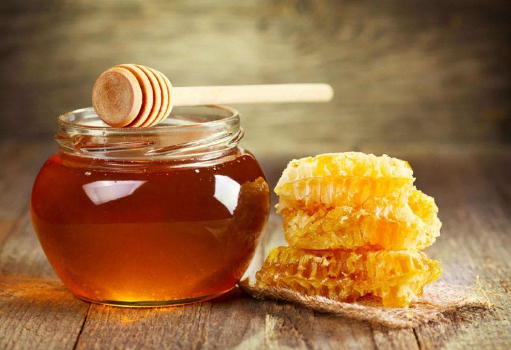 هل إضافة العسل للماء الدافئ يضر «الكبد»؟.. طبيب يوضح