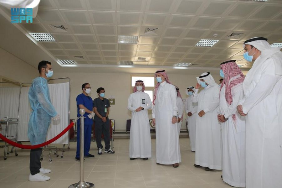 رئيس جامعة الجوف يدشن مركز لقاحات كورونا بالمدينة الجامعية