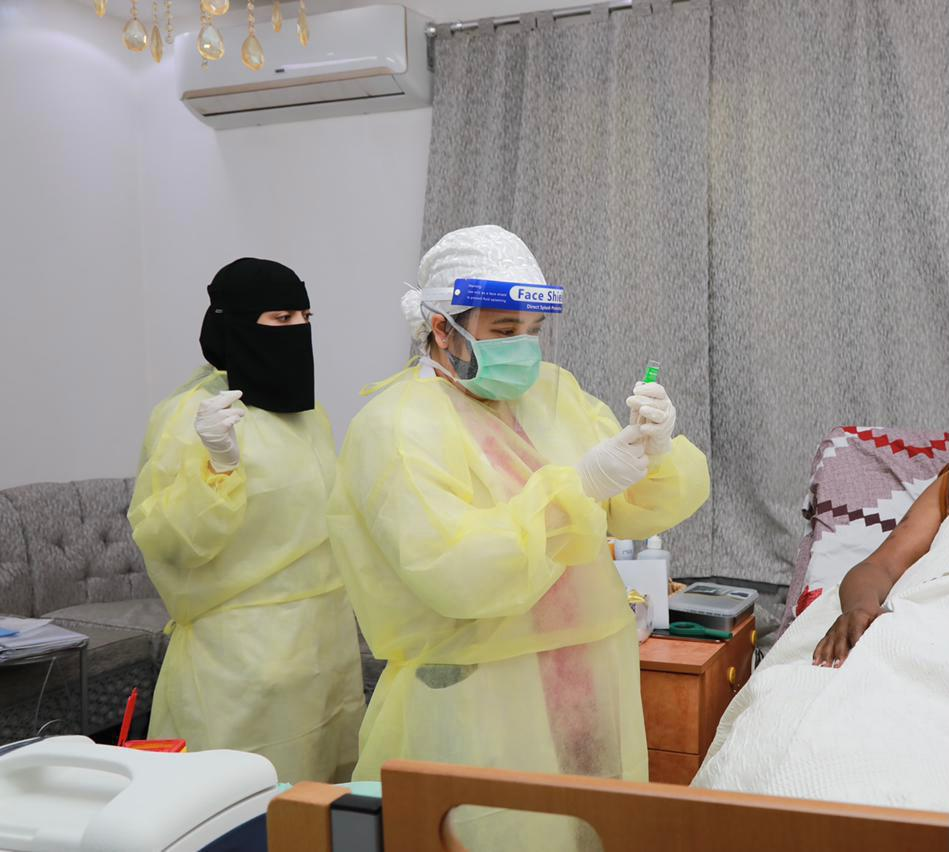 """ """"الرعاية المنزلية"""" في تجمع الرياض الصحي الأول تقدم لقاح كورونا للمستفيدين"""